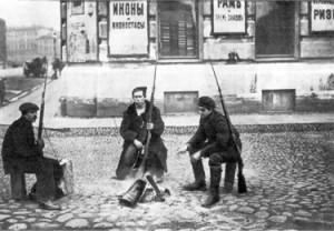 Красногвардейский патруль на улице Петрограда в первые дни Октябрьской революции, 1917.