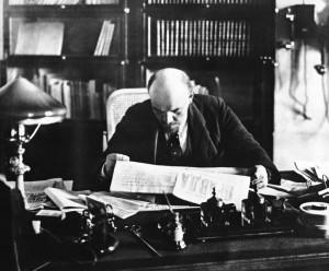 В.И.Ленин в своем кабинете в Кремле, 1919.