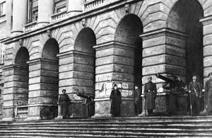 Красноармейцы и революционные солдаты на охране Смольного, 1917.