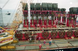 Баржа «Гигант -4», которая подняла со 100-метровой  глубины  «Курск»
